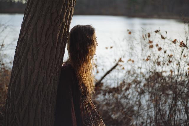 děvče u stromu