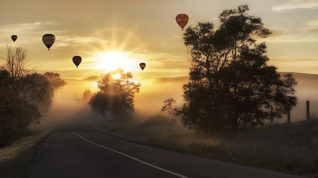 horkovzdušný balón nad silnicí