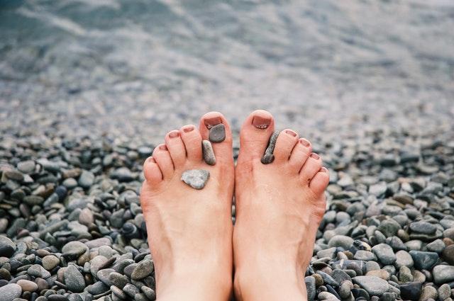 Ženské, bosé nohy pri vode.jpg