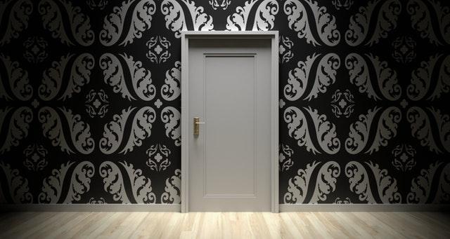 Biele dvere na čiernobielej stene.jpg