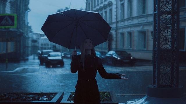 žena v daždi
